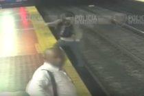 ¡Distraído! Hombre cayó a las vías del metro por caminar mirando el celular en Argentina (Video)