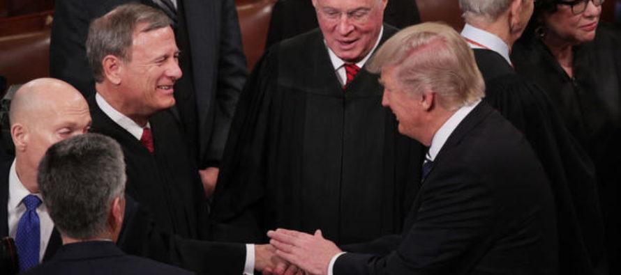 Presidente de la Corte Suprema podría emitir fallos clave en el juicio político a Trump