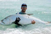 Pescador de Florida atrapó un sábalo de 120 lbrs con ayuda de un dron…¡Desde la costa!