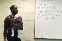 Profesor carga a una bebé durante su clase para ayudar a estudiante en Atlanta