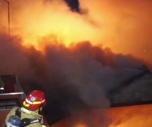 Incendio acaba con un taller de autos en Miami