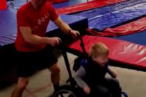 Video de niño en silla de ruedas cautiva corazones de miles de personas en Internet