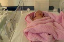 Bebé nace embarazada de su gemelo