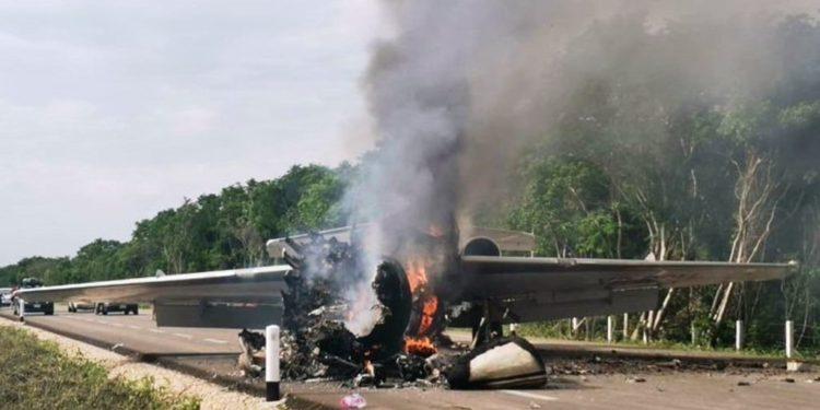 Ejército dispara contra avioneta que aterriza y se incendia en QRoo