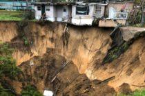 Un agujero gigante se abrió en parque de casas móviles de Tallahassee