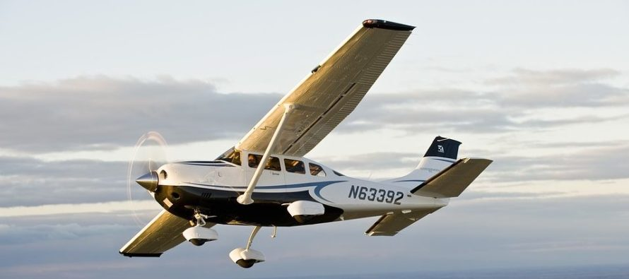 Una avioneta realizó un aterrizaje de emergencia en la autopista de Florida