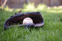 ¡Gran regalo! Padre construyó campo de béisbol en el patio de casa por petición de su hijo