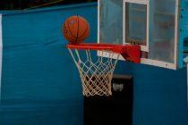 Un hombre logró un truco para anotar en el aro de baloncesto sin tocar la pelota (video)