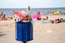 Voluntarios limpian de polietileno las playas de Florida antes de que comience el Super Bowl 54