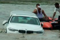 Hombre lanzó al río un BMW que sus padres le regalaron porque él quería un Jaguar (+Video)
