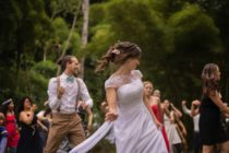 "Padrino ""salva"" boda que casi se arruina por dama de honor desafinada (Video)"