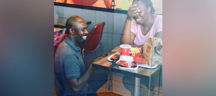 ¡Increíble sorpresa! Video con propuesta matrimonial en un KFC se viralizó ahora empresas patrocinarán la boda