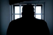 Asesino condenado que murió momentáneamente alega que ya cumplió su cadena perpetua