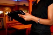 Una camarera se lleva la sorpresa de su día al toparse con unos generosos clientes