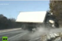 ¡Milagro! Policías se salvaron por centímetros de morir aplastados por un camión (Video)