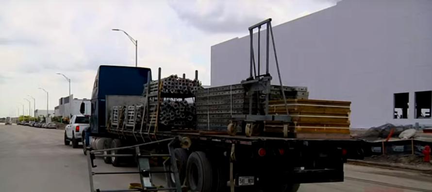 Mientras intentaba acomodar la carga de un camión un trabajador de Hialeah resultó herido