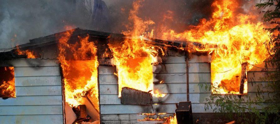 Dos niños salieron ilesos después que su casa se quemara por impacto de un rayo en Miami