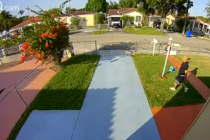 Buscan a ladrón que robó un paquete que estaba afuera de una casa en Miami