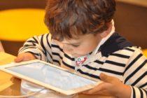Las enfermedades que pueden contraer los niños que utilizan tabletas y celulares (el cáncer es una)