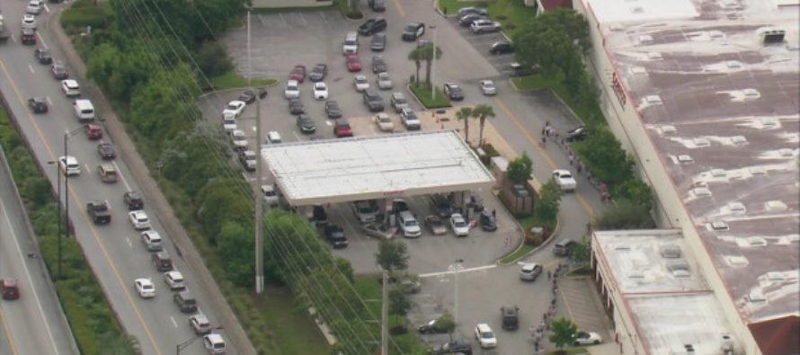 Agua y gasolina los productos más buscados en Florida ante la llegada de Dorian