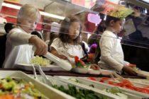 Hombre pagó la deuda de almuerzo escolar de 400 niños en Florida