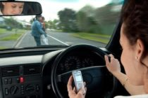 Socorrista le recuerda al público los peligros de conducir distraído