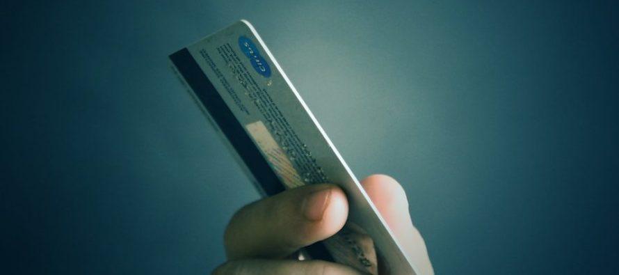 Detienen a dos personas sospechosas de estafa y clonación de tarjetas de créditos en Miami Dade