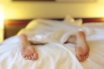 Multan a canadiense por quedarse dormido en una cama que no era suya