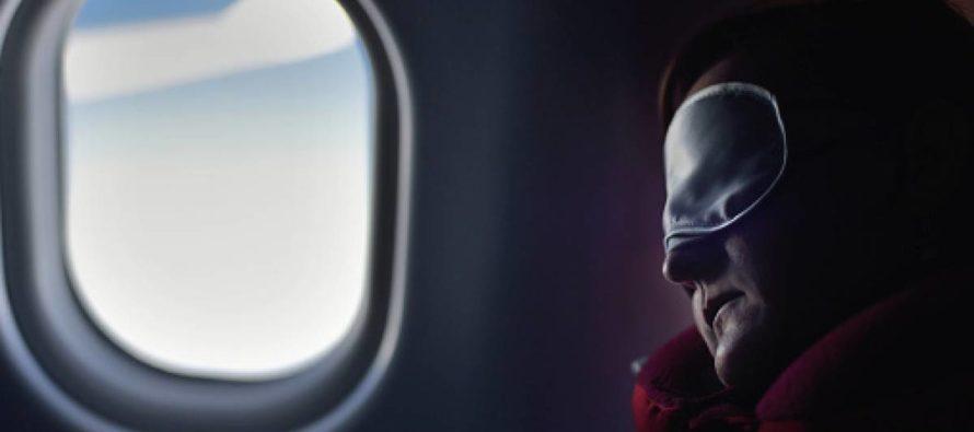 Se durmió en pleno vuelo y cuando despertó estaba sola y abandonada en el avión