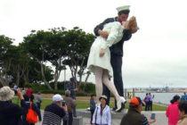 Vandalizan estatua icónica del beso del fin de la II Guerra Mundial