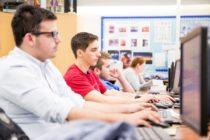 Más alumnos se suman a la educación en línea en el sur de la Florida