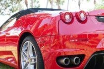 Una mujer fue grabada desnuda mientras estaba en el capó de un Ferrari en Ibiza (+Video)
