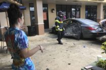 Se incendió un vehículo tras impactar contra un centro comercial en Coral Springs (video)