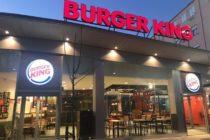 Graban a empleado de Burger King limpiando las mesas con un trapeador (video)