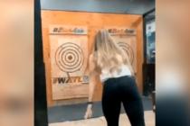 ¡Que susto! Mujer casi muere de un hachazo en la cabeza por su mala puntería (Video)