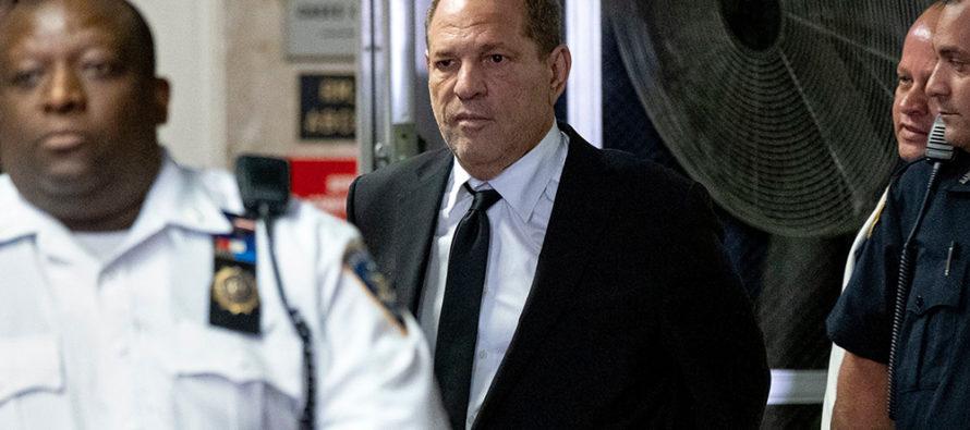 Harvey Weinstein fue acosado por dos mujeres en un club nocturno para reclamarle por cargos de abuso sexual