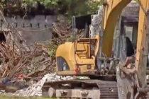 Encuentran restos humanos al momento de demoler unas viviendas