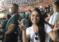 Una hincha infiltrada se toma un selfie en la tribuna rival y fanáticos la corren a golpes (VIDEO)