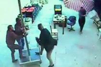 ¡A lo Mary Poppins! Hombre sale volando y otro termina fracturado por fuerte ventarrón (+Video)