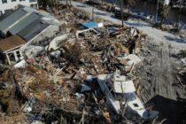 Inmigrantes hondureños y mexicanos reparan edificaciones destruidas por huracán Michael