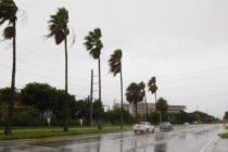 Autoridades bajan los niveles de canales de agua para afrontar las fuertes lluvias en el Sur de Florida