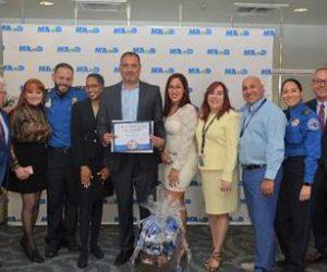 Oficial de la TSA nombrado Empleado del Año del MIA por ayudar a un pasajero con necesidades especiales