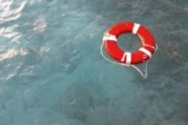 Joven que rescató en el mar a una mujer y a su hijo se encuentra en estado crítico