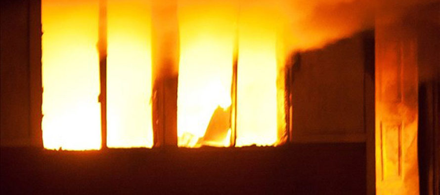 Hombre asesinó a su esposa e hijos, incendió su casa y se suicida