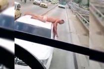 Encontró a su esposo siéndole infiel y lo paseó desnudo en el techo de su auto por la ciudad (Video)