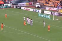 Elaboraron un extraño gol en Japón, cobrando un tiro libre con dos jugadores del mismo equipo arrodillados (+Video)
