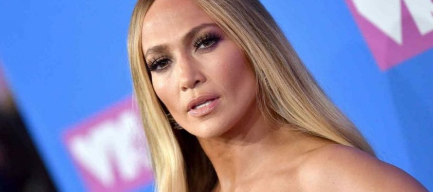 Jennifer López es captada en un divino bikini pero le descubrieron «retoques»