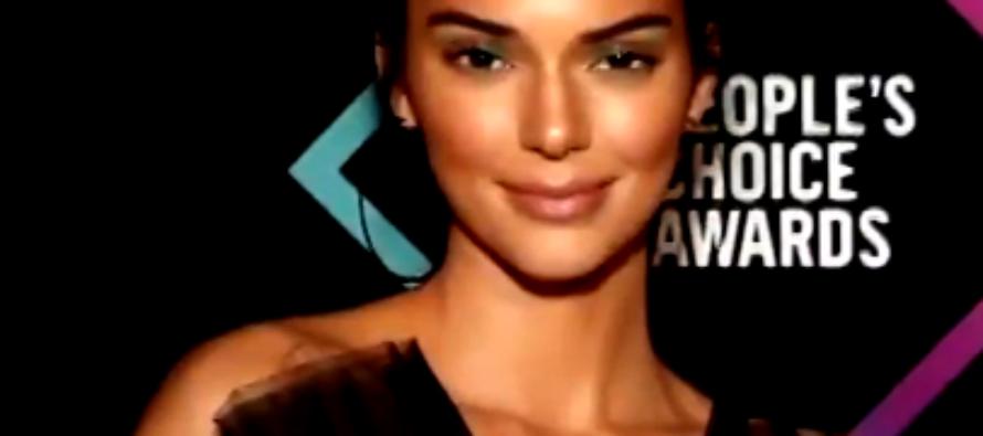 Supermodelo Kendall Jenner admitió que llegó a sentir que «no encajaba» con sus hermanas