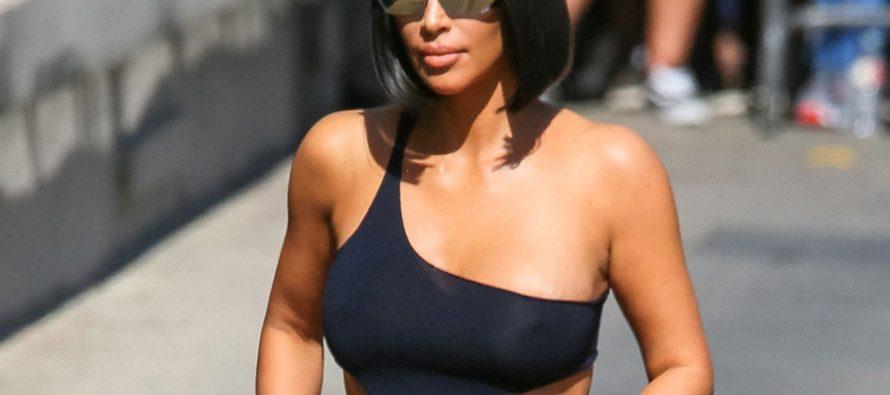 Kim Kardashian se para bajo la lluvia y nos regala una caliente sesión de camisas mojadas (FOTOS)