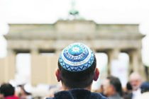 Por aumento de antisemitismo recomiendan a judíos dejar de usa la kipá en Alemania